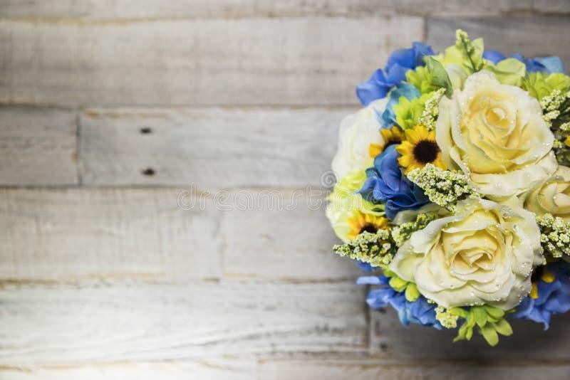 Флористическое Arrangment на огорченной деревянной поверхностной правильной стороне стоковые фотографии rf