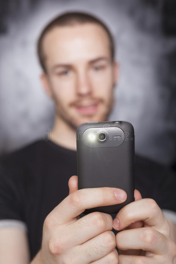 фокус делает smartphone фото телефона человека стоковые изображения rf