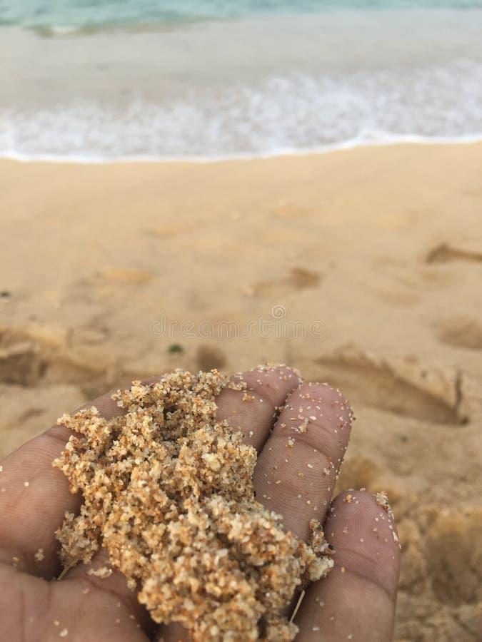 Фокус к песку на руке стоковая фотография