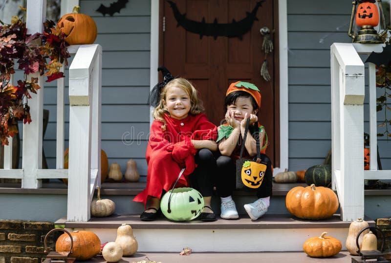 Фокус маленьких детей или обрабатывать на хеллоуине стоковое изображение