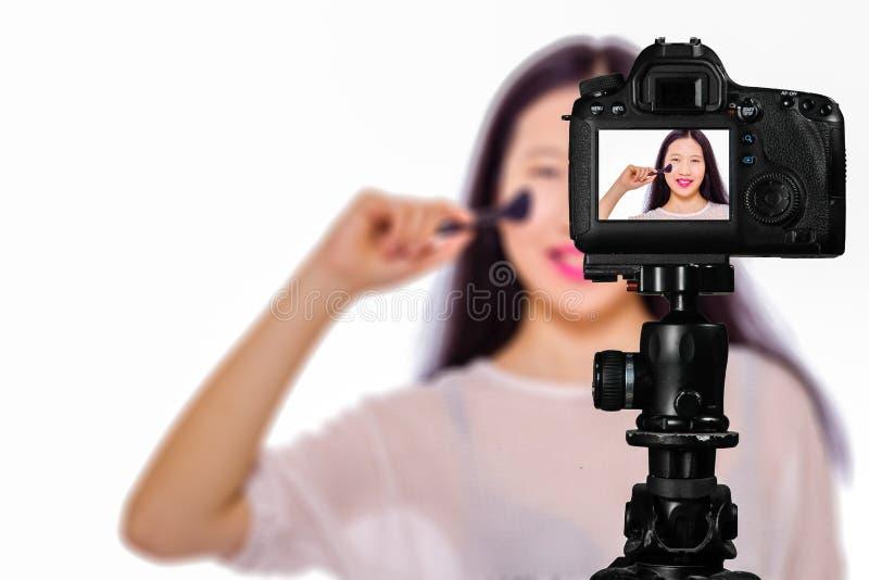 Фокус на взгляде в реальном маштабе времени на камере на треноге, девочка-подростке с запачканной сценой в предпосылке Шоу подрос стоковые фотографии rf