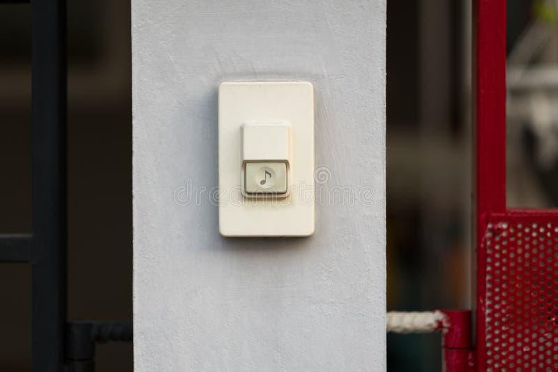 Фокус на дверном звоноке перед домом стоковое изображение
