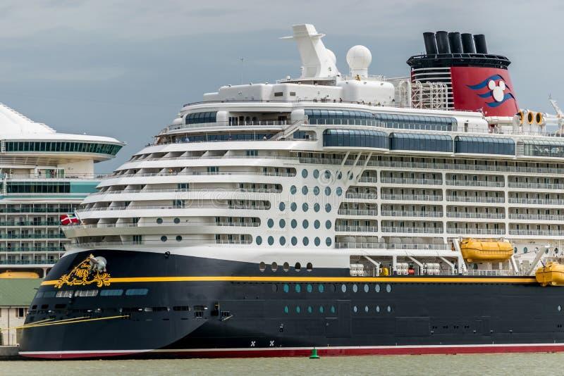 Фолмут, ямайка - 3-ье июня 2015: Туристическое судно фантазии Дисней состыковало на порте круиза Фолмута в ямайке стоковая фотография