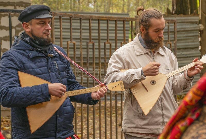 Фольклорные музыканты с балалайкой на фестивале стоковая фотография rf