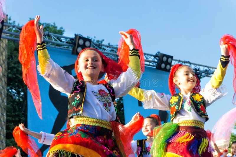Фольклорные танцуя девушки в Тирана, Албания стоковое изображение rf