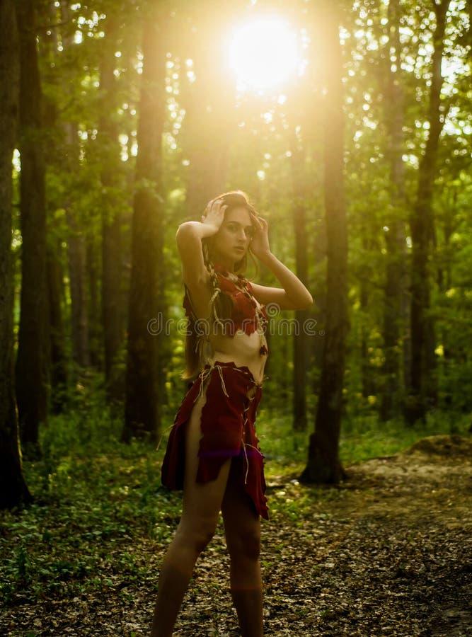 Фольклор Живущая дикая природа Сексуальная девушка Дикий человек Женская духовная мифология Она принадлежит племени стоковое изображение rf