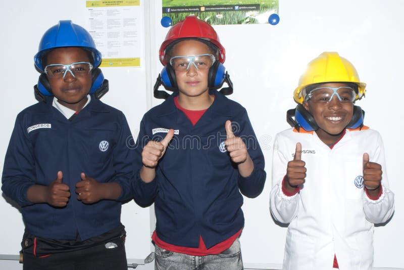 Фольксваген празднует день семьи в uitenhage - молодые мальчики показывают шестерню безопасности стоковое изображение rf