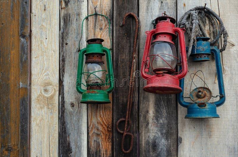 3 фонарика на деревянной стене стоковое изображение