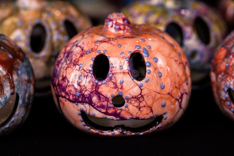 Фонарики Джека головы тыквы Smiley в сувенирном магазине стоковые изображения rf