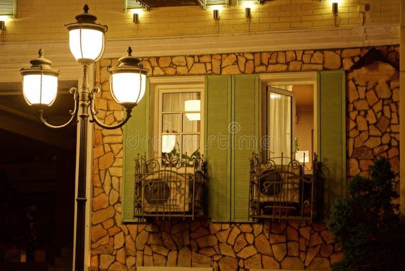 Фонарики на поляке освещают улицу ночи со стеной стоковая фотография rf
