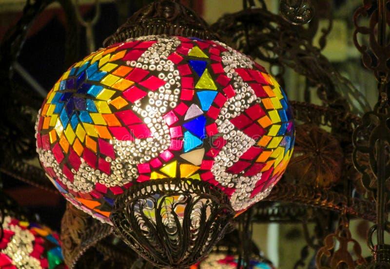 Фонарики традиционного арабского стиля culorful на грандиозном рынке благотворительного базара в Стамбуле стоковые изображения