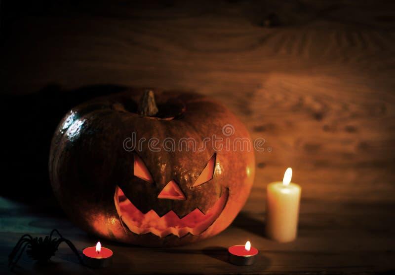 Фонарик Джек головы тыквы хеллоуина со свечами на деревянной предпосылке стоковые изображения rf