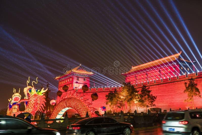 """Фонарик и шоу освещать на южных воротах стены древнего города для празднуют китайский фестиваль весны, XI """", Шэньси, фарфор стоковое фото rf"""