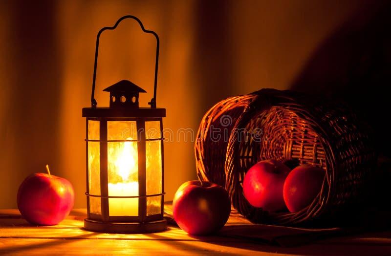 Фонарик и яблоки свечи стоковое фото
