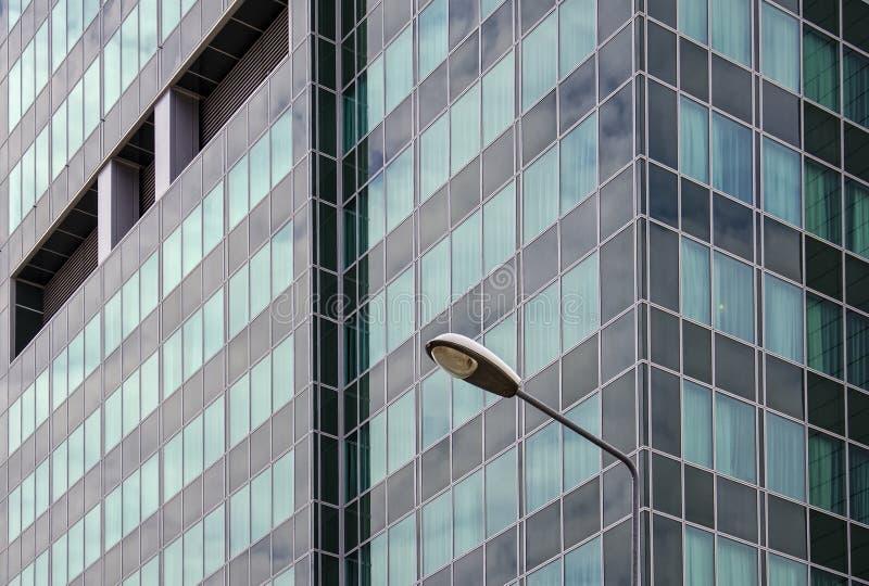 Фонарик на предпосылке здания стоковые фото