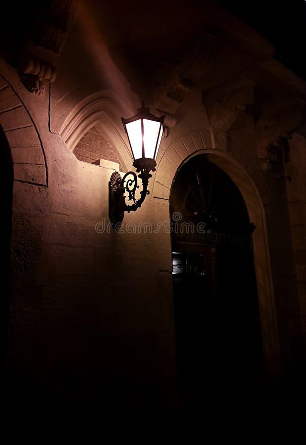 Фонарик ночи винтажный в старом городке стоковые изображения rf