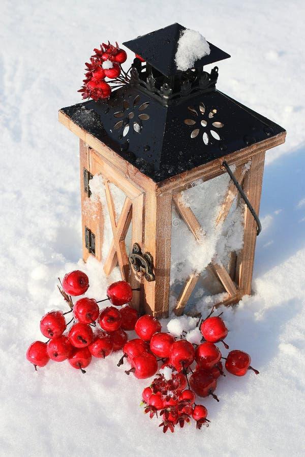Фонарик рождества на снежной предпосылке стоковые изображения