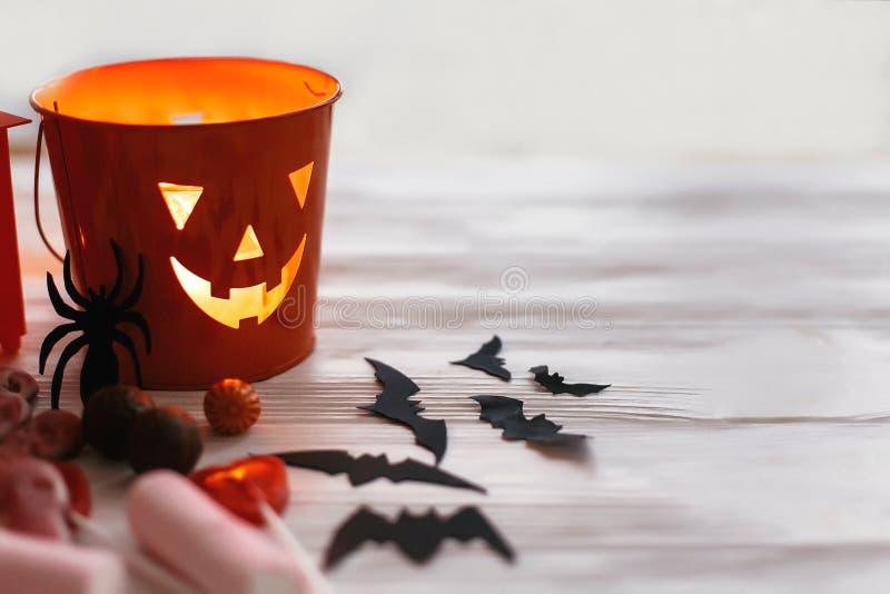 Фонарик хеллоуина Джека o, ведро с конфетой праздника, летучими мышами, spide стоковые изображения