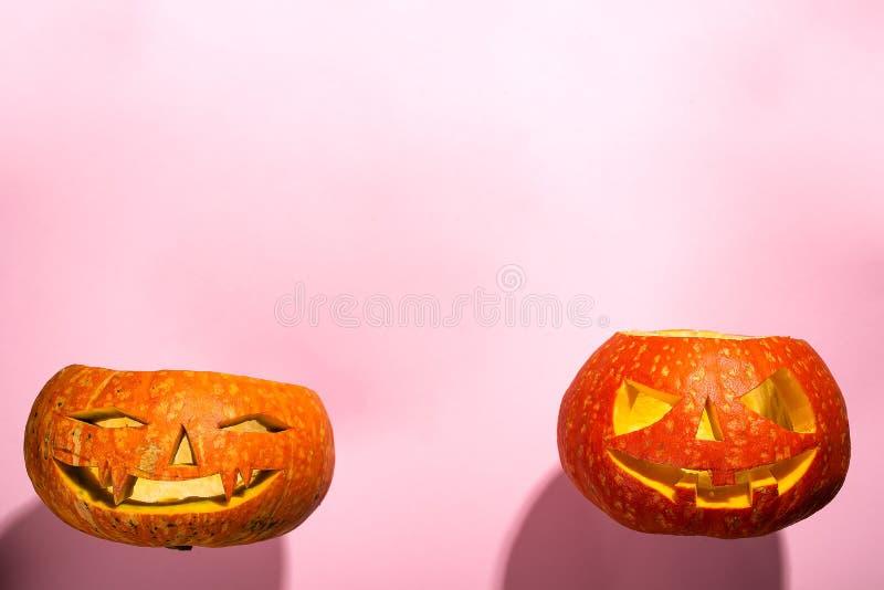 Фонарик jack головы тыквы хеллоуина при горящие свечи изолированные на апельсине, плоское положение с космосом экземпляра стоковое изображение rf
