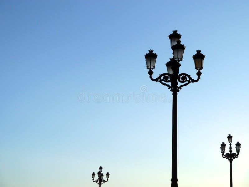 Фонарные столбы света для того чтобы осветить этапы концерта стоковая фотография