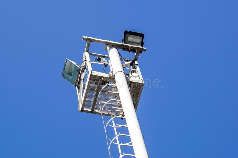 Фонарный столб пятна над ясной предпосылкой голубого неба стоковые фотографии rf