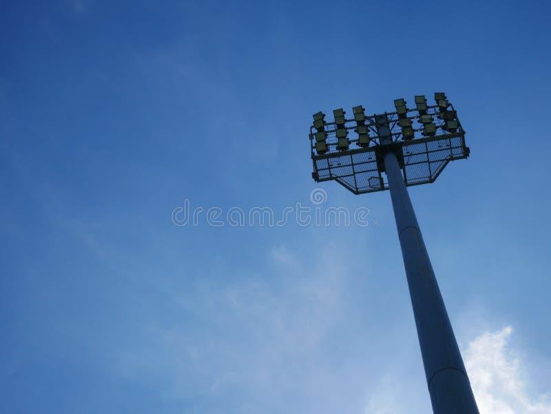 Фонарный столб спорт или башня стадиона светлая в Спорт-арене на голубом небе с облаками стоковая фотография