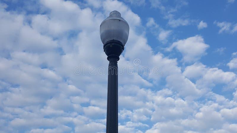 Фонарный столб с фоном облака стоковые фото
