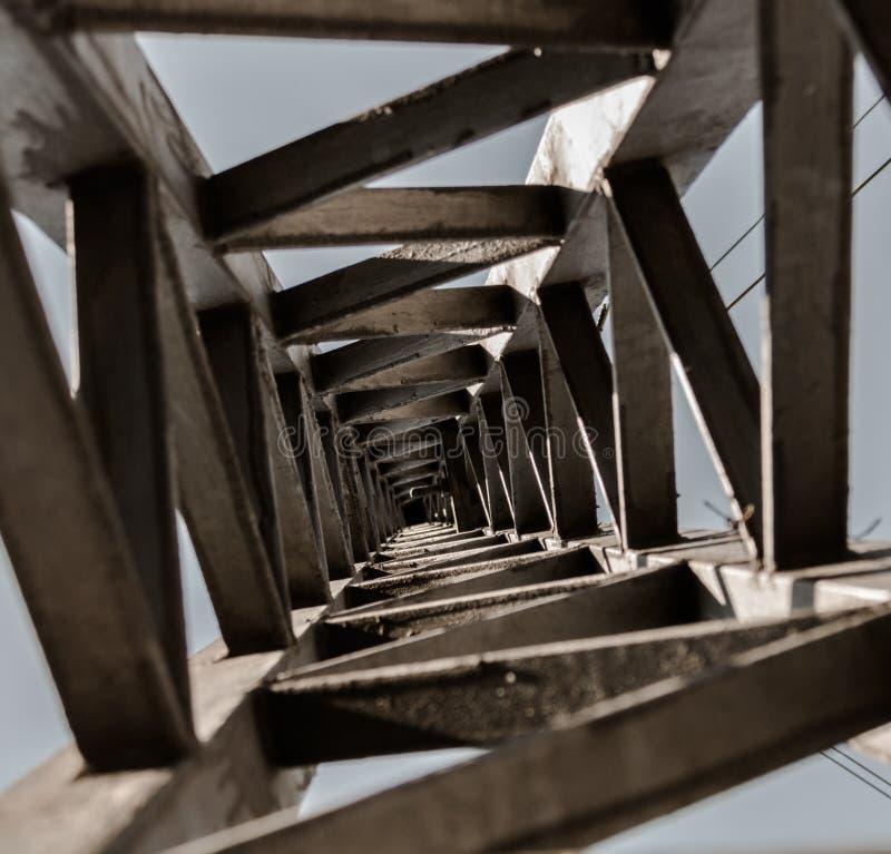 Фонарный столб увиденный снизу создавать уникально и бесконечную перспективу стоковое изображение