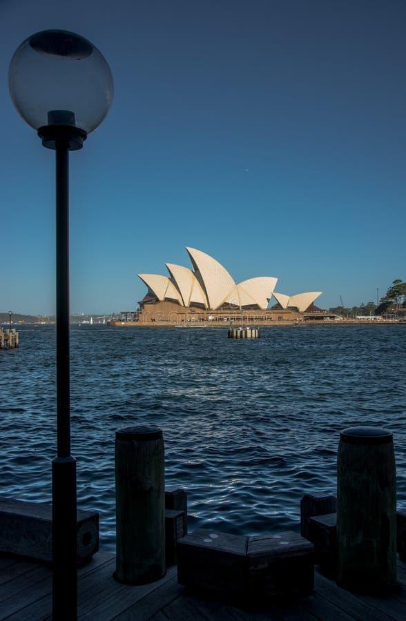 Фонарный столб с оперным театром стоковая фотография rf