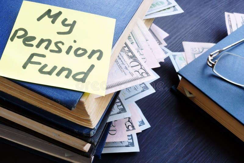 фондируйте моя пенсия Книги с долларовыми банкнотами и стеклами стоковые фотографии rf