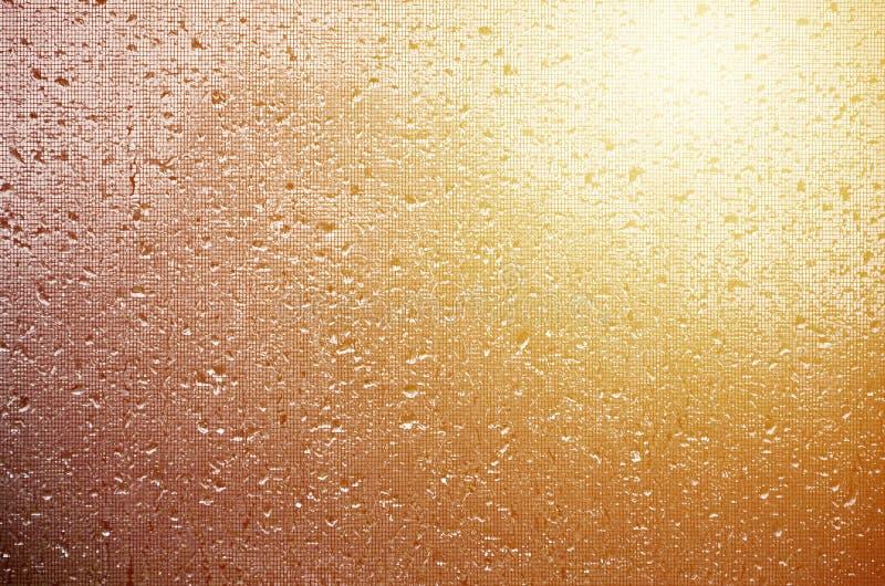 Фоновое изображение дождя падает на стеклянное окно, которое защищено сеткой от комаров Тонизированное фото с малой глубиной поля стоковое фото rf