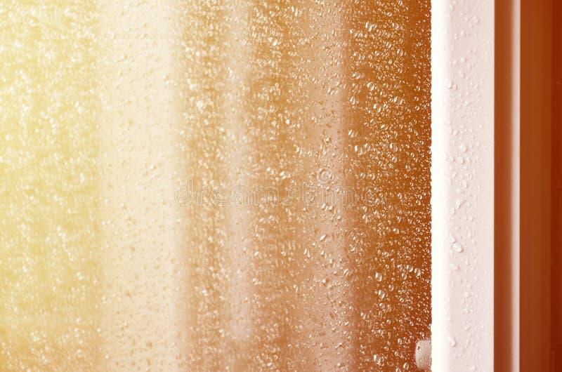 Фоновое изображение дождя падает на стеклянное окно Фото макроса с малой глубиной поля Тонизированное pictur стоковые фото