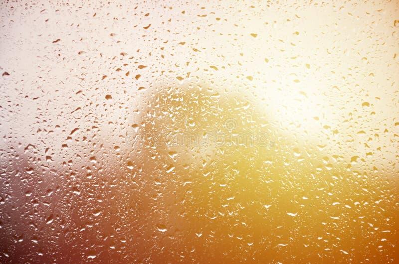 Фоновое изображение дождя падает на стеклянное окно Фото макроса с малой глубиной поля Тонизированное pictur стоковое изображение