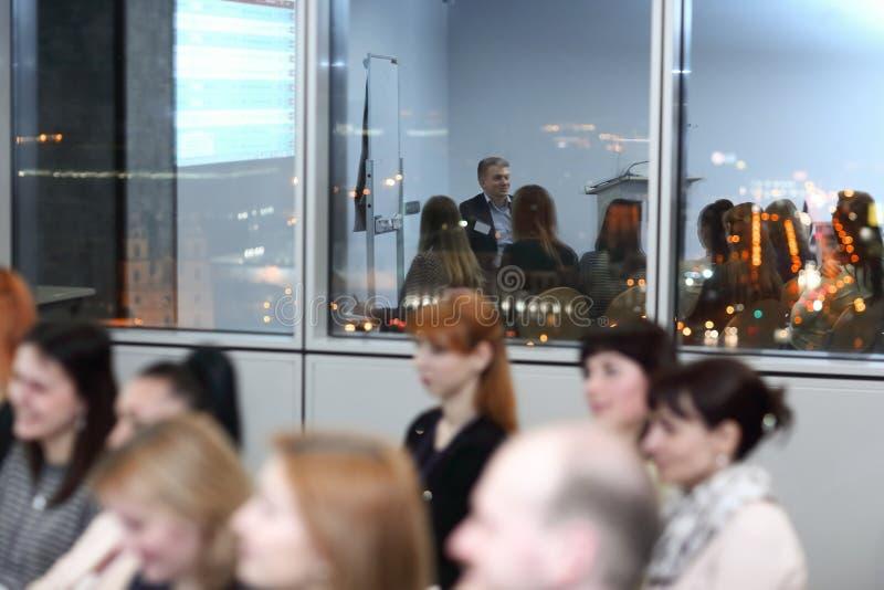 Фоновое изображение конференц-зала в вечере стоковые фотографии rf
