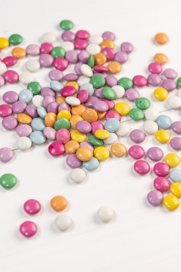 Фоновое изображение конфет круглого шоколада красочное стоковое фото rf