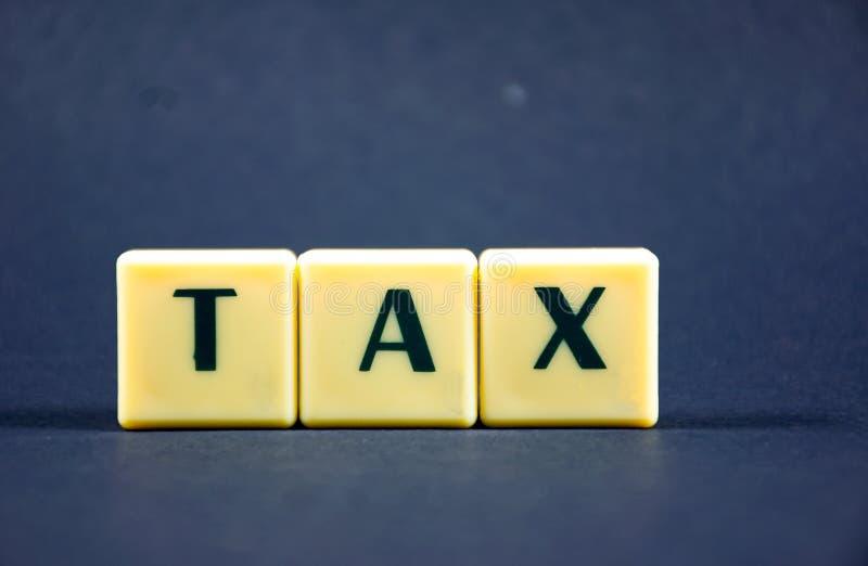 Фоновое изображение концепции слова налога темное использующ печатной буквой стоковые фотографии rf