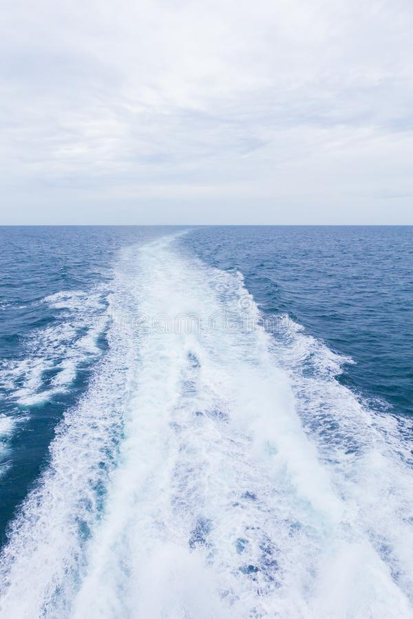 Фоновое изображение моря с белой пенообразной волной Перемещение парома Пузырь стоковое фото rf