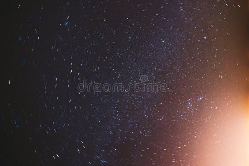 Фоновый фон 'Реальное ночное небо' с естественным цветным градиентом Sky Поворот Старого Неба Желтые И Пурпурные Цвета стоковые фотографии rf