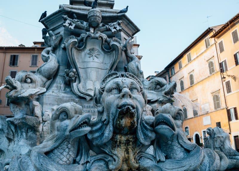 Фонтана del Пантеон на della Rotonda аркады в Риме, Италии стоковая фотография