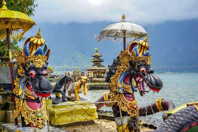 Фонтаны дракона на балийском индусском виске Pura Ulun Danu Beratan, Бали, Индонезии стоковая фотография