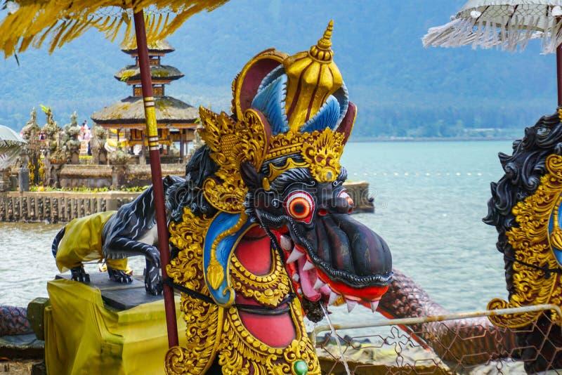 Фонтаны дракона на балийском индусском виске Pura Ulun Danu Beratan, Бали, Индонезии стоковое фото rf