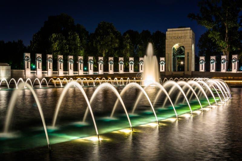 Фонтаны национальной Второй Мировой Войны мемориальные на ноче на Nat стоковое фото
