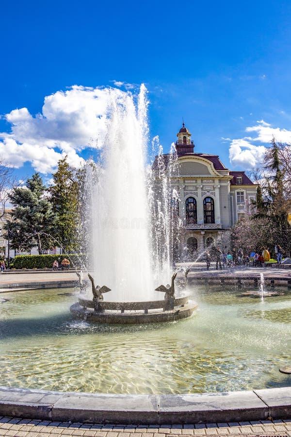 Фонтаны перед муниципалитетом Пловдива в Болгарии стоковое фото