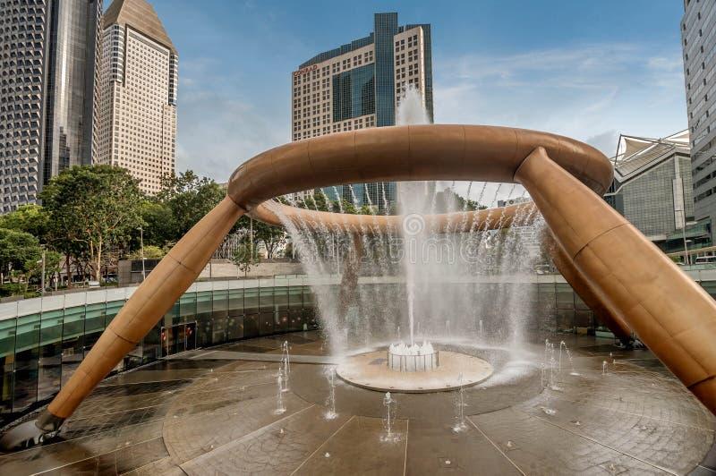 Фонтан богатства около зданий Suntec в Сингапуре стоковая фотография
