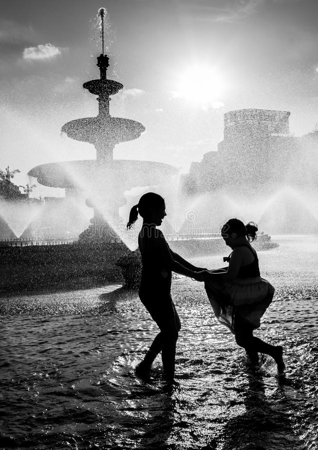 Фонтан Бухареста центральный на горячий летний день при дети имея потеху стоковое фото