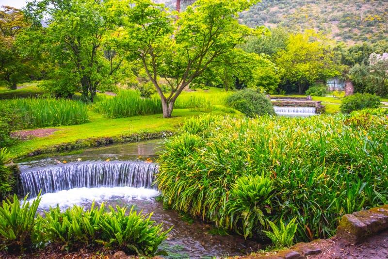 Фонтан водопада сказки сада Eden в Giardino di Ninfa - di Latina - Лацие - Италии Cisterna стоковые изображения