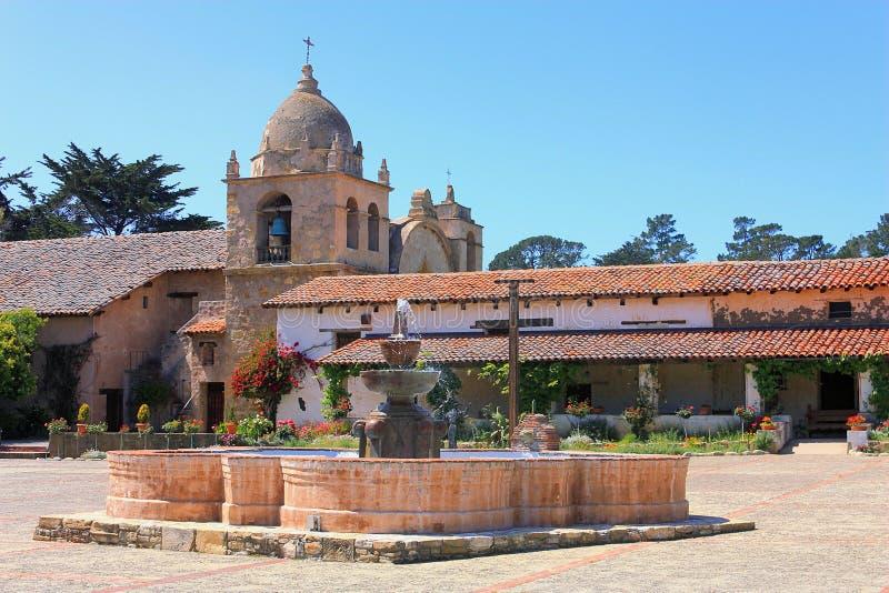 Фонтан во дворе  исторической миссии Carmel, Калифорния стоковое фото