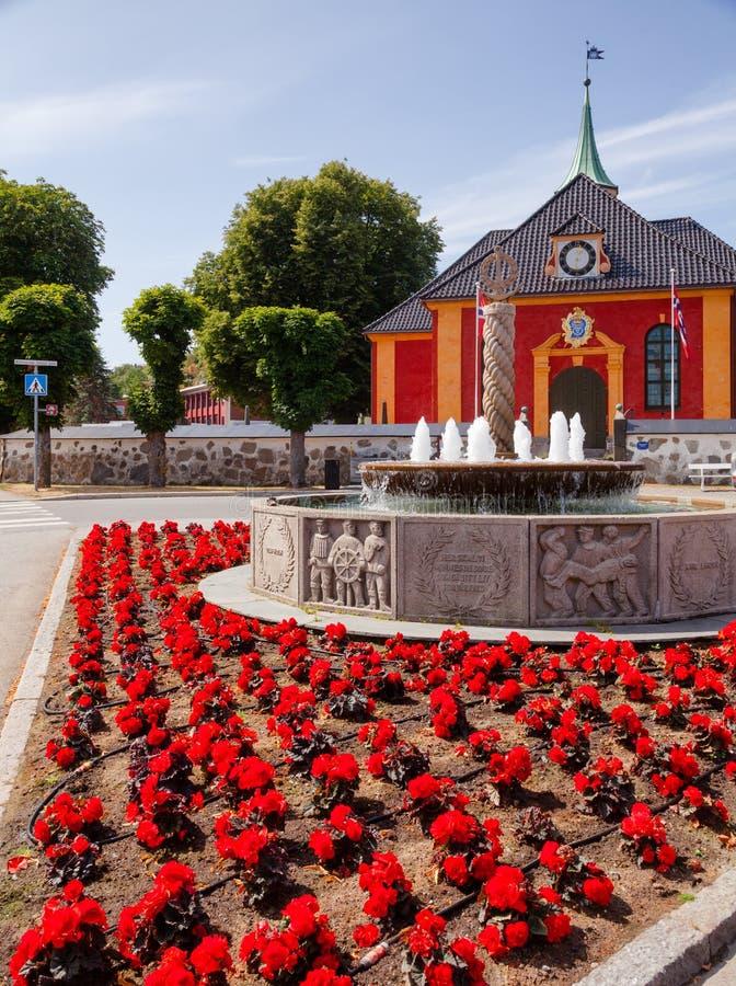 Фонтан Второй Мировой Войны мемориальные и церковь Stavern Larvik Vestfol стоковое фото rf