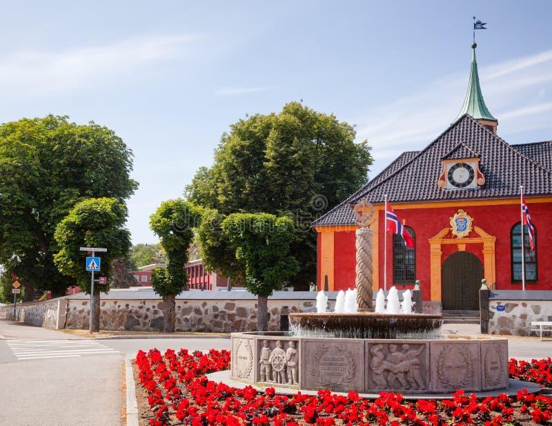 Фонтан Второй Мировой Войны мемориальные и церковь Stavern Larvik Vestfol стоковые изображения