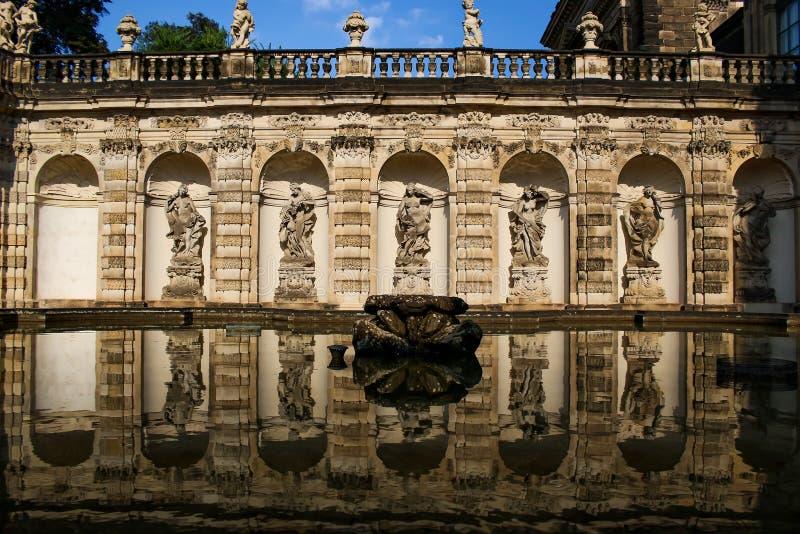 Фонтан в замке Zwinger стоковые фотографии rf